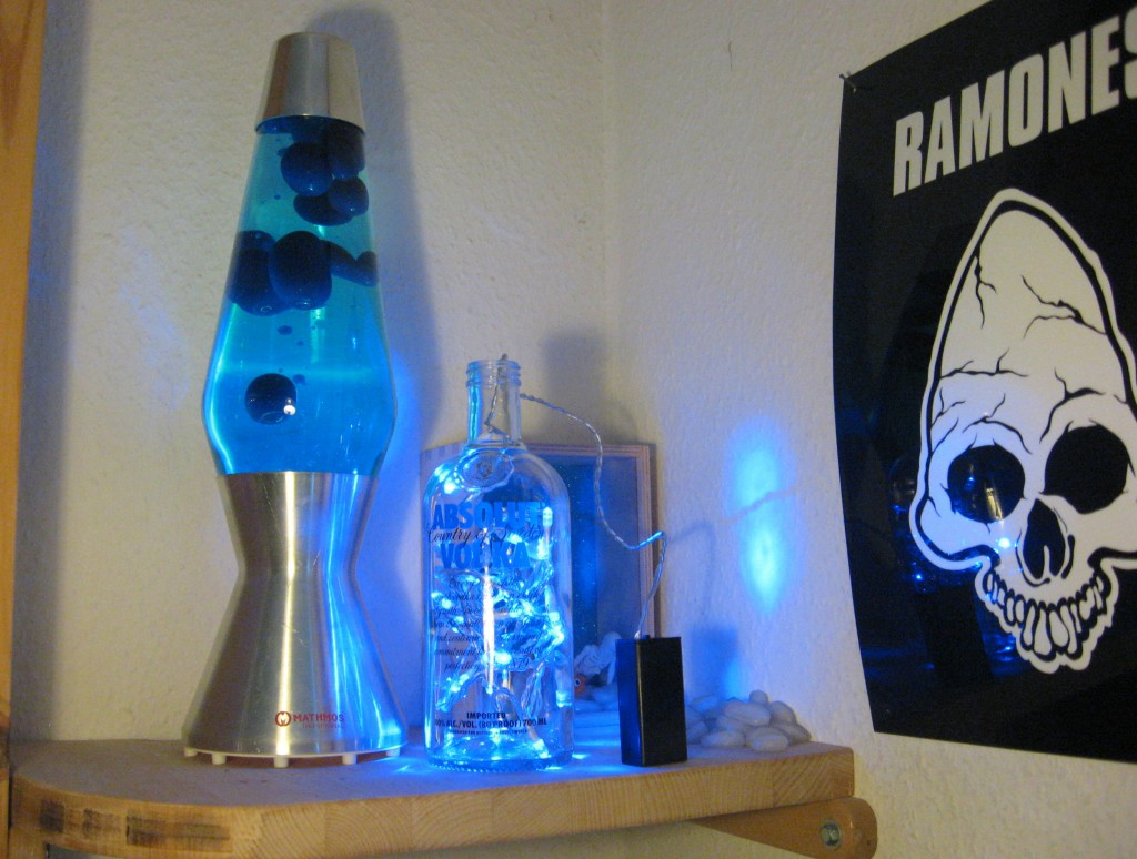 bezaubernd absolut vodka flasche mit blauer led lichterkette frater aloisius says hell. Black Bedroom Furniture Sets. Home Design Ideas